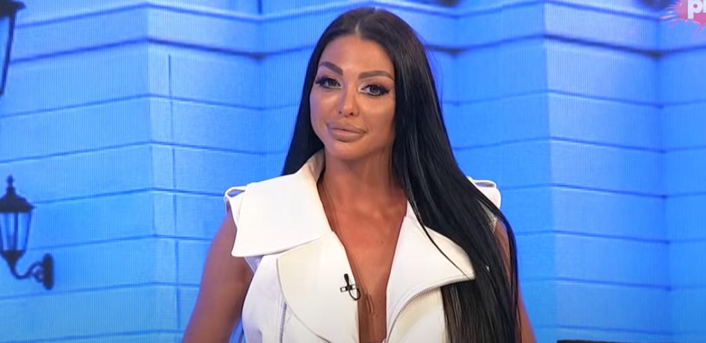 IPAK JE OTIŠLA NA REMONT! Maja Marinković došla na snimanje emisije sa novim grudima, a ovim potezom je opet iskopirala Anu Korać?! (VIDEO)