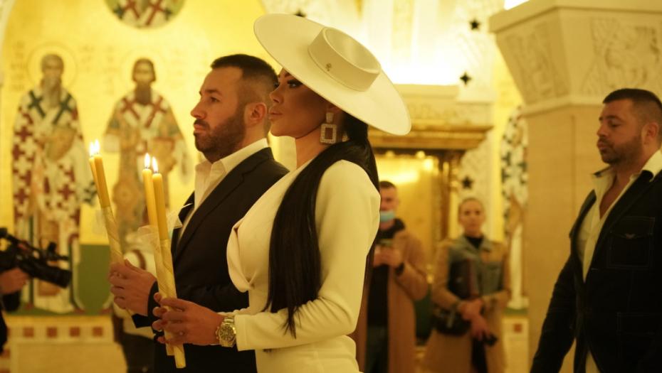 PRVI SNIMCI SA VENČANJA TAMARE ĐURIĆ! Starleta blista u beloj haljini, grudi istakla u prvi plan, a ceremoniji prisustvuje i on! (VIDEO)