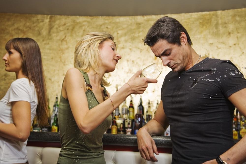 Mladić Devojka Ljubomora Svađa Polivanje pićem