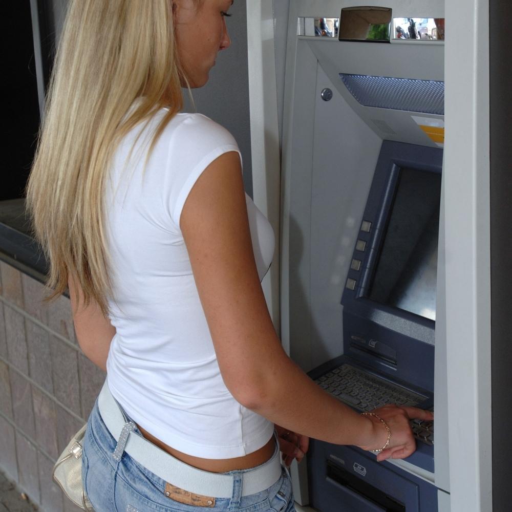 Ako-ucinite-JEDNU-STVAR-na-bankomatu-IZGUBICETE-pare-a-uz-to-MOLITE-BOGA-da-vam-se-ne-zaglavi-kartica