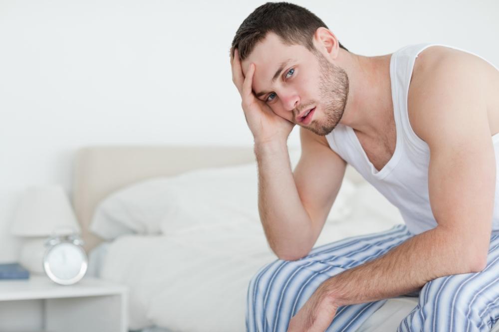 tužan muškarac na krevetu