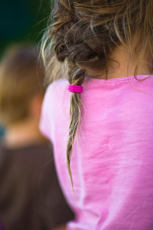 Kosa frizura devojčica gumica za kosu