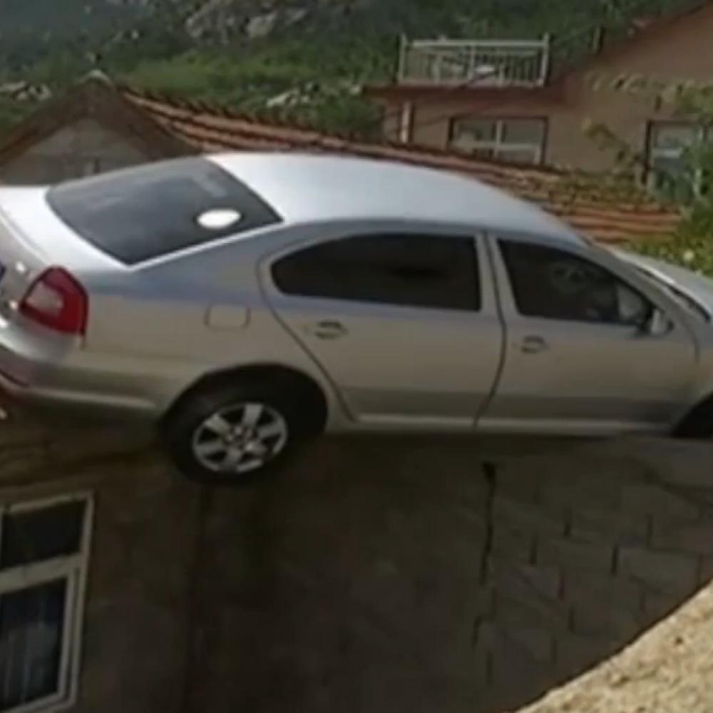Kinez-parkirao-skodu-na-krov-kuce-VIDEO