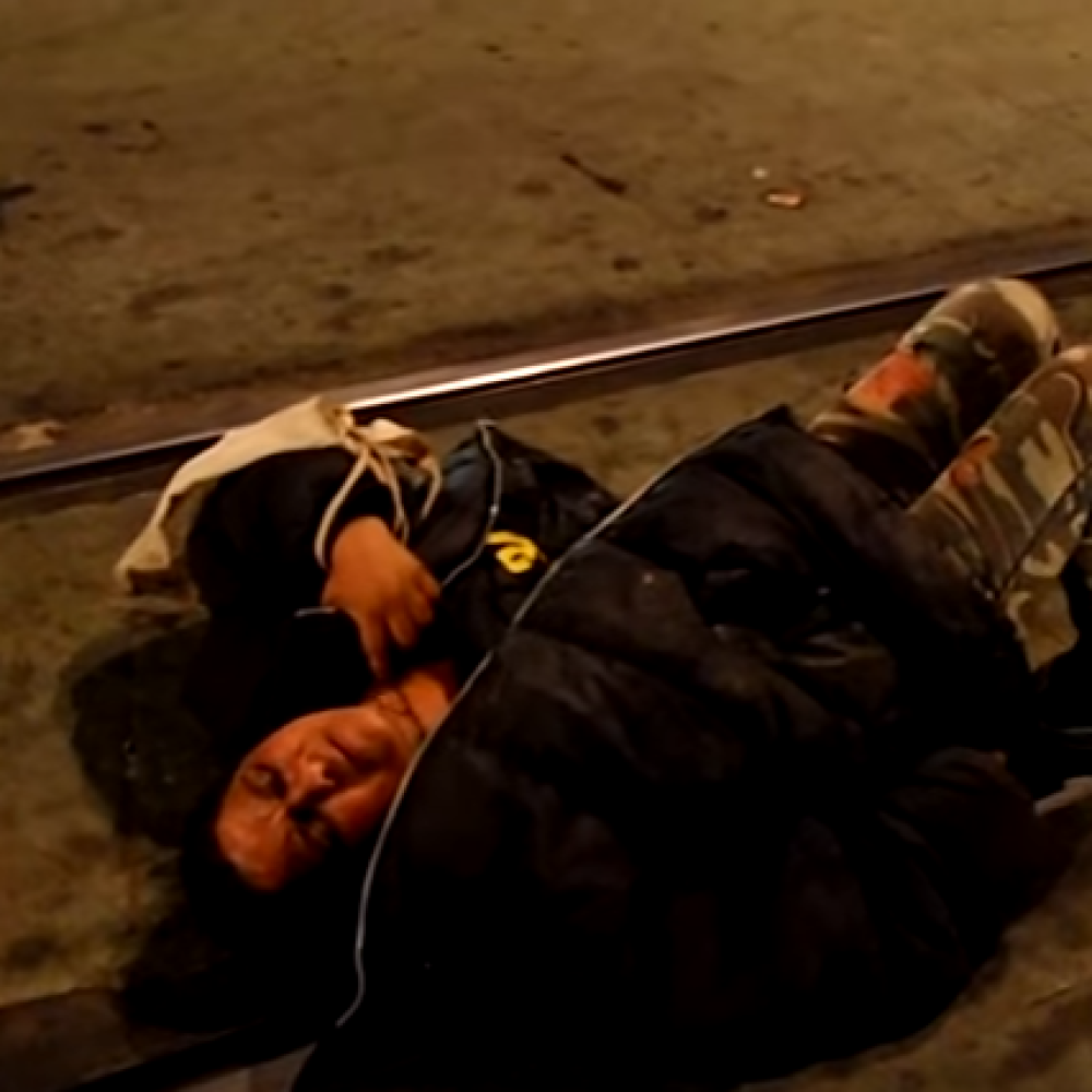 Pijana-legla-na-sine-u-Nemanjinoj-VIDEO