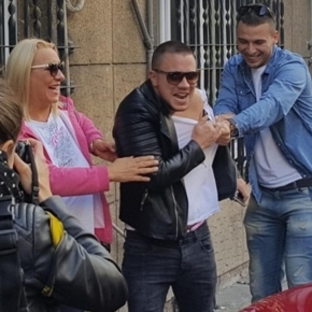 Vesti - Relju cepali ispred porodilišta!