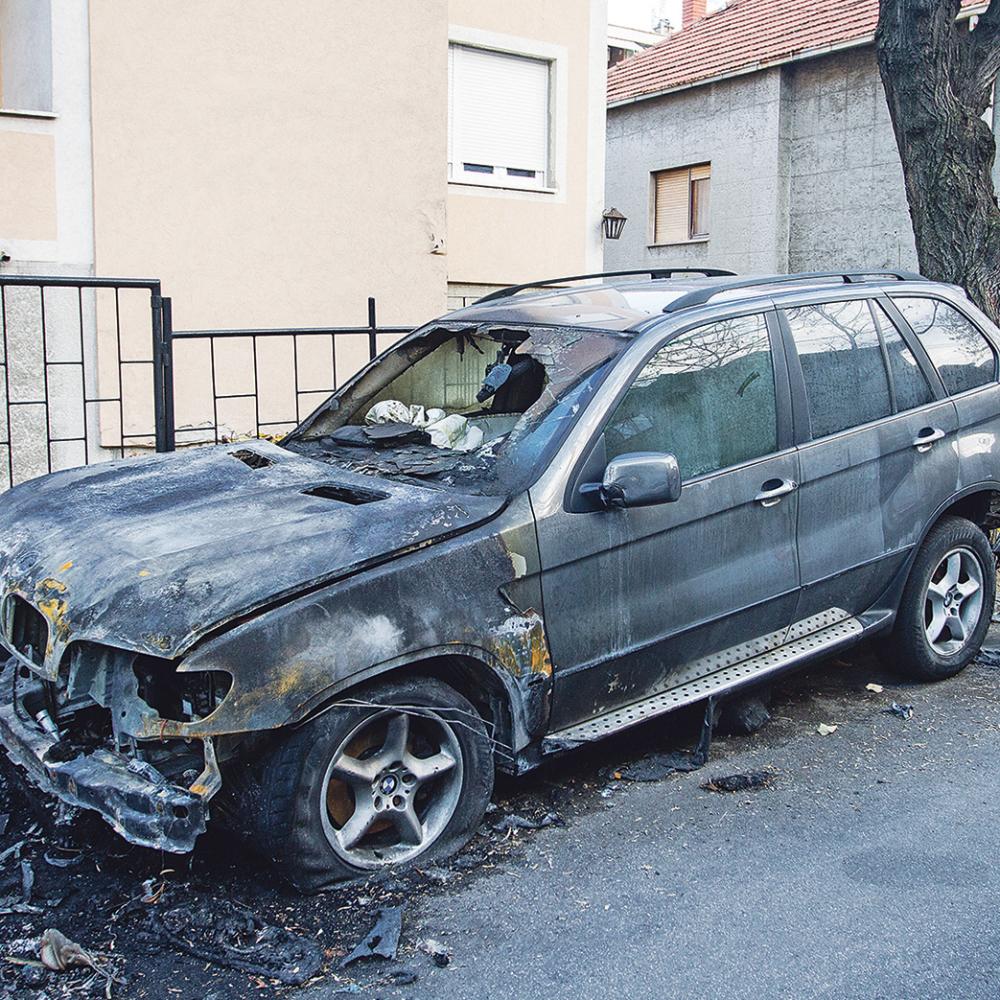 Zapaljeni-automobili-policajca-i-njegovog-brata