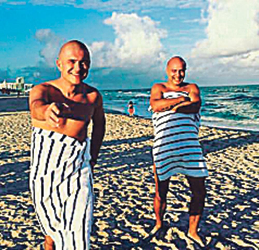 Golišav na  plaži: Sale sa  prijateljem