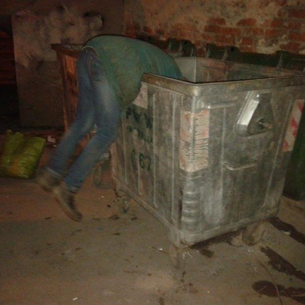 Rudarski-inzenjer-trazi-hranu-po-kontejnerima-FOTO