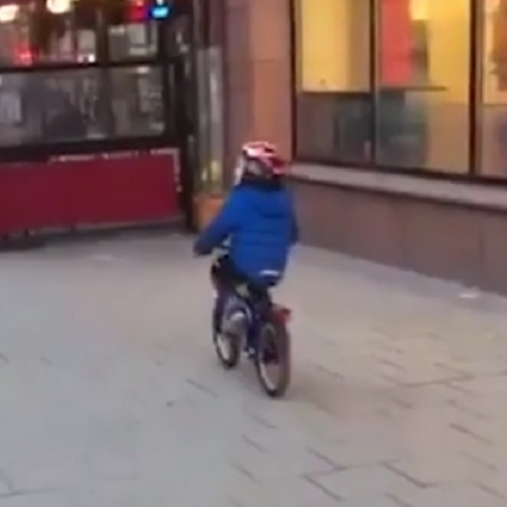 Mališan se zagledao u gole tete, a onda (VIDEO) - alo.rs