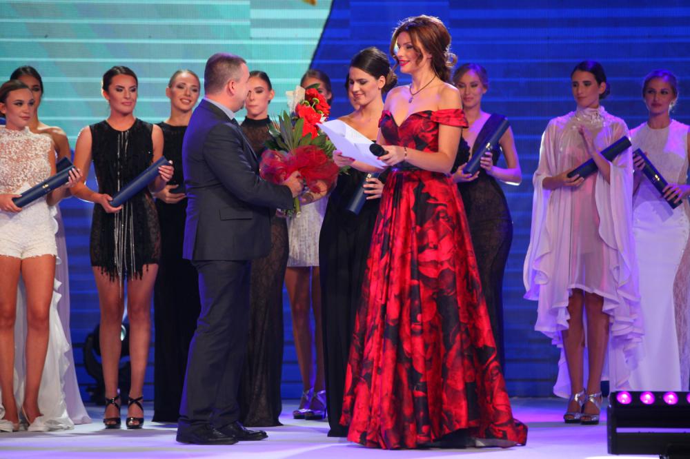 Duško Vukajlović uručuje nagradu Hristini Jerotić