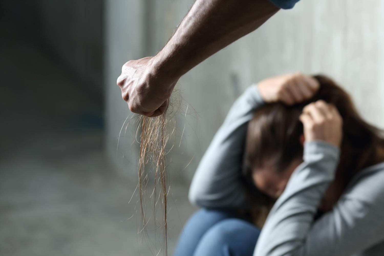 Otac monstrum zlostavljao æerku (15) i koristio je za jezive fotografije koje je slao prijateljima! Njegovo zanimanje æe vas šokirati!