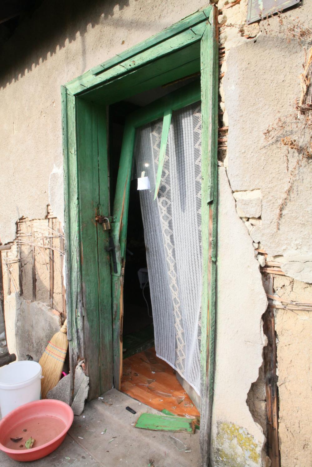 Razvaljna vrata Jasminine kuce