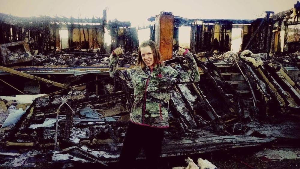 Angela ispred spaljene kuće
