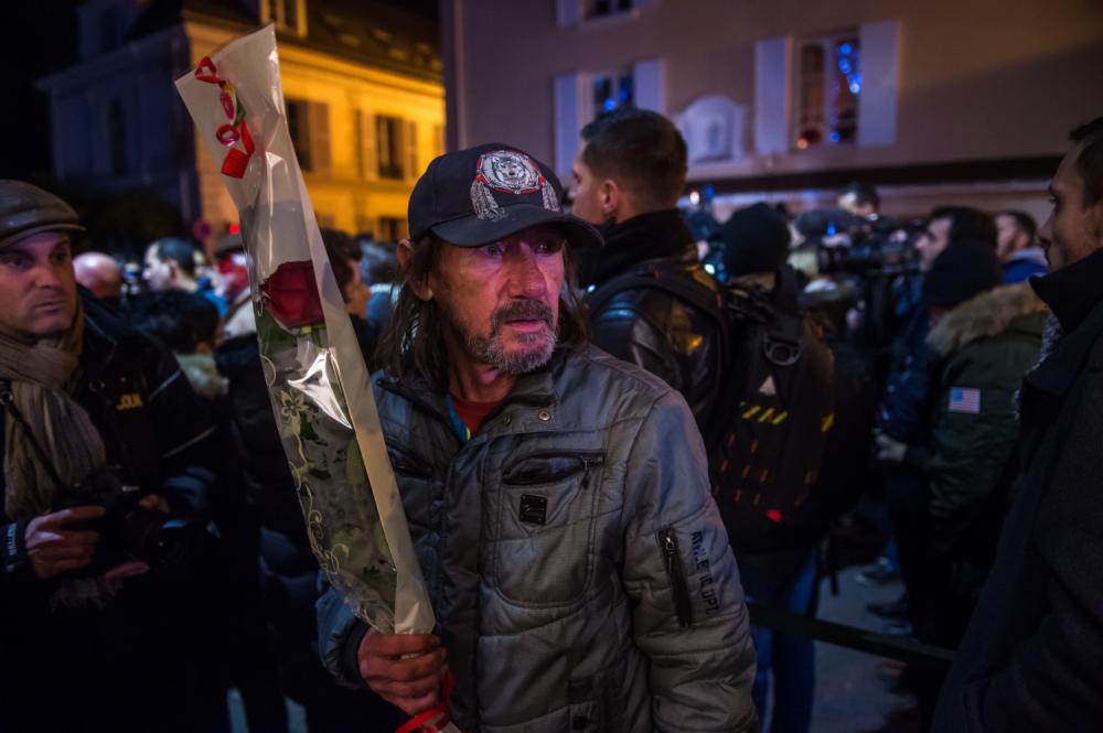 Fanovi tuguju ispred pariskog doma Džonija Holideja
