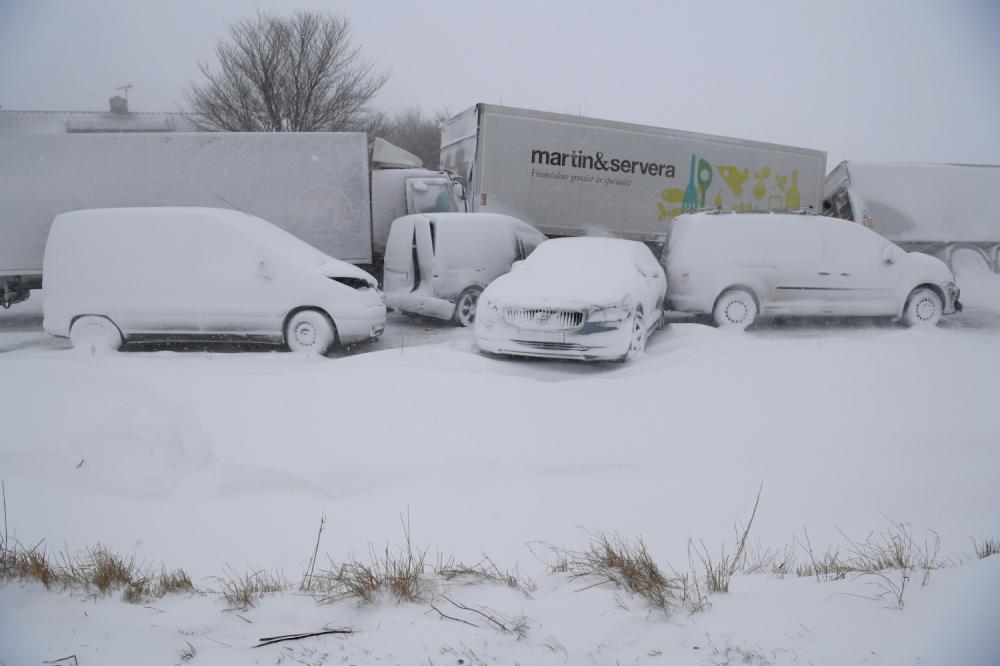 Sneg mećava oluja put sudar saobraćaj kolaps zima nesreća