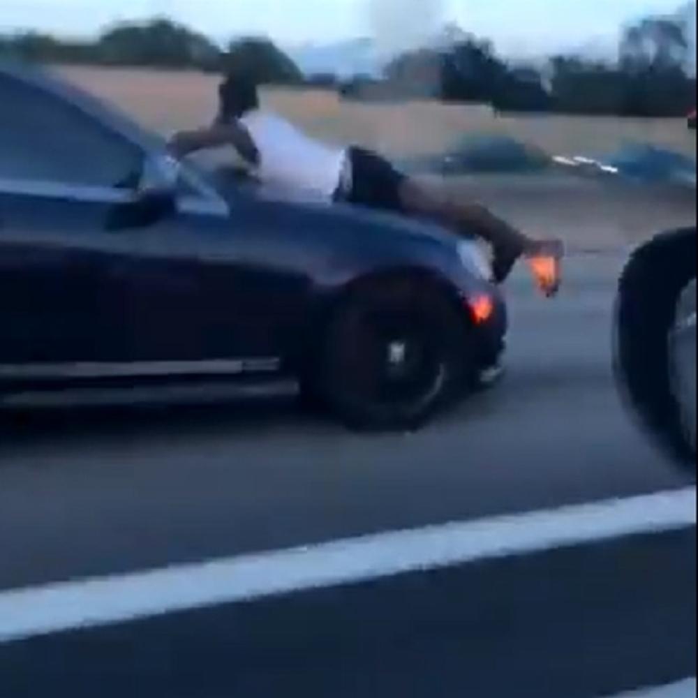 quotHalo-policija-UPOMOC-bivsa-me-VOZI-NA-HAUBI-brzinom-od-110-kilometara-na-satquot-VIDEO