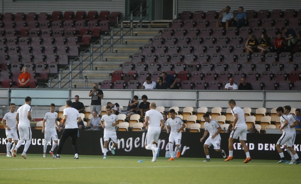 Fudbaleri Partizana se zagrevaju pred početak meča