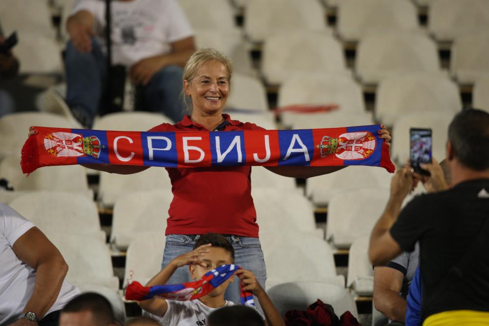 Navijačica Srbije na meču sa Rumunijom
