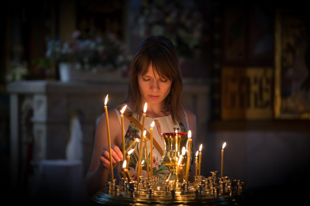 Crkva, žena, molitva, sveća