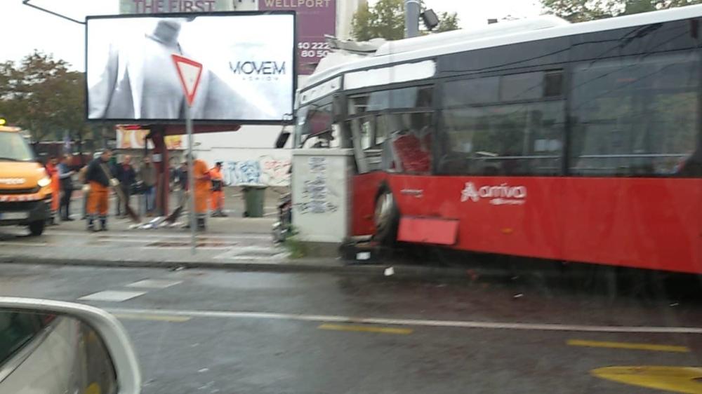 Nesreća na Slaviji, autobus se zakucao u banderu