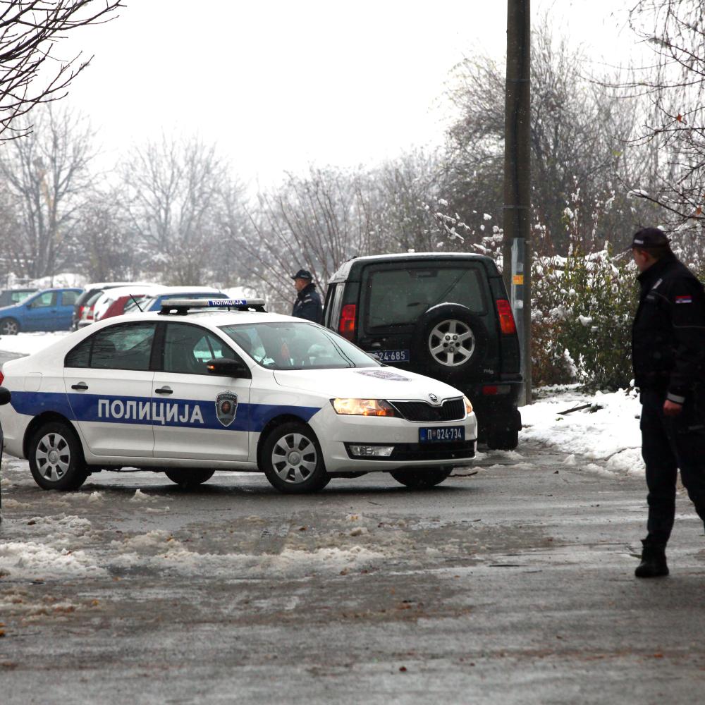 DRAMA U BEOGRADU Ženu pokušavaju da izbace iz kuće na sneg! Polila se benzinom, hoće da se ZAPALI! pre 2m 0