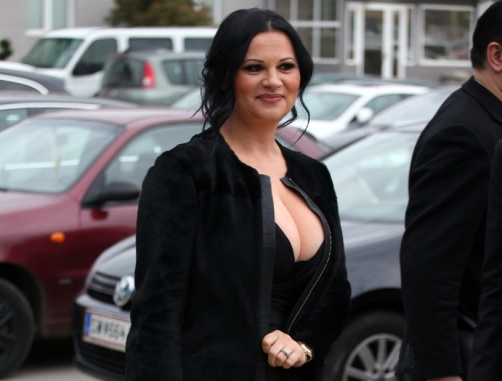 Popularna pevačica Jana pokazala ribicu: Čvrsto je stegla rukama! (FOTO) -  alo.rs