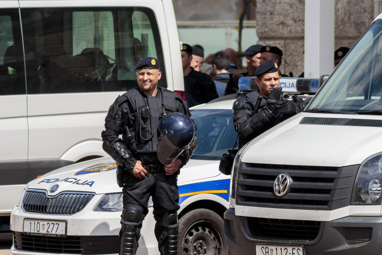 Naoružani pljaèkaši na motorima presreli èuvare koji su nosili novac iz fri šopa, policija sa dugim cevima blokirala sve prilaze!