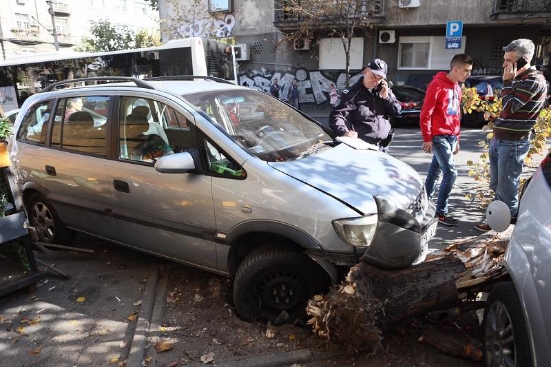 Auto krenuo nizbrdo, muž i žena probali da ga zaustave rukama, a onda je prešao preko njih!