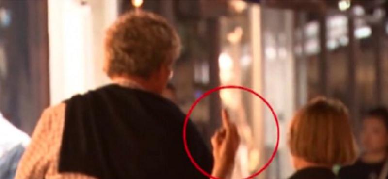 Nema�ki ambasador pokazao srednji prst Albancima! Izbio haos! Tra�e njegovu glavu!