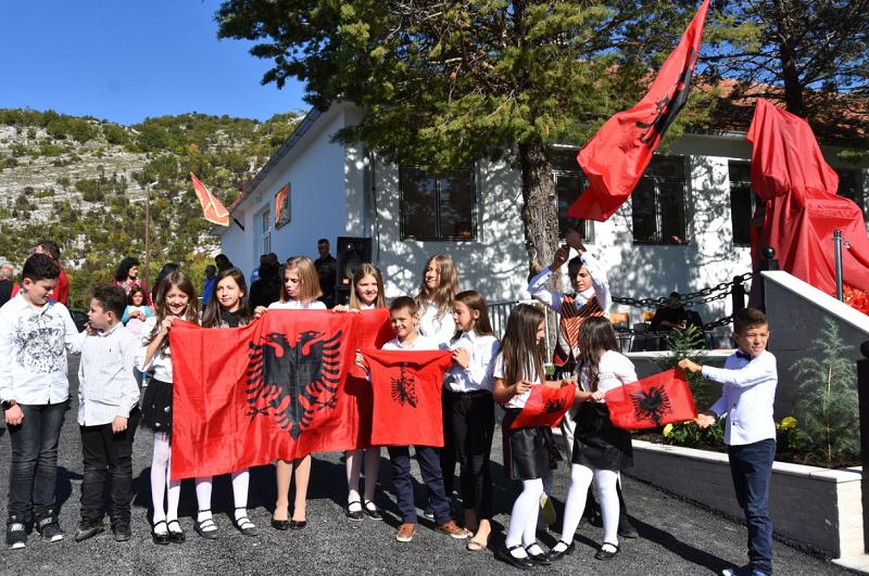 Obukli decu u nošnje, pa ih umotali u zastave