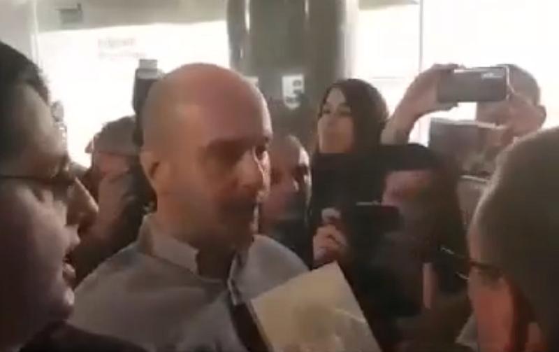 Na pitanje da kupi knjigu, on odgovara drsko i nevaspitano! (VIDEO)