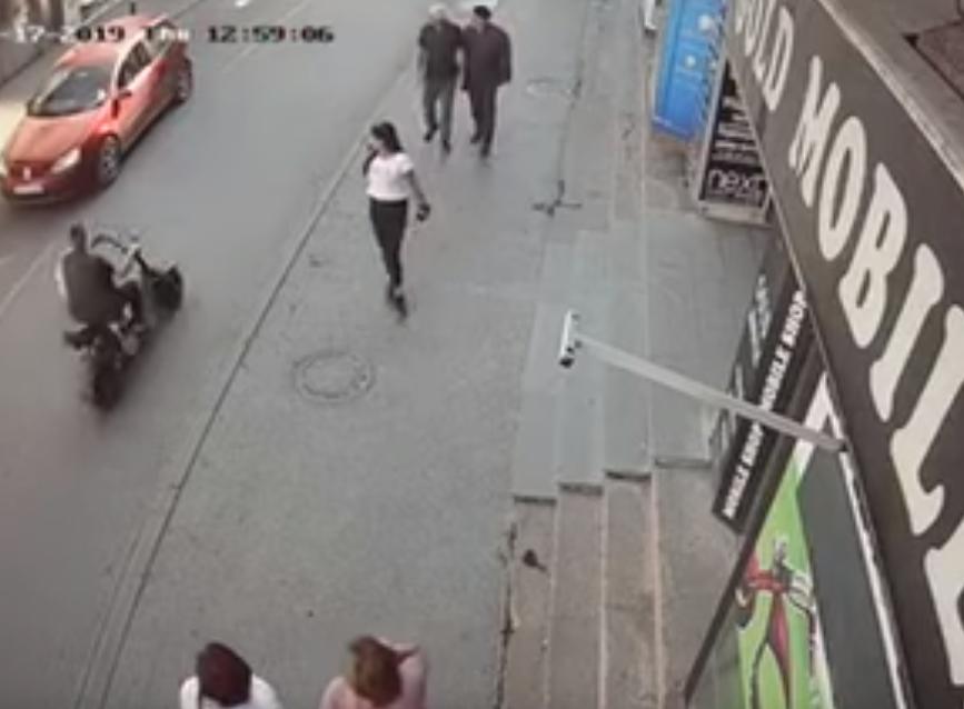 Kik-bokser se zaustavio, pa zapucao na biznismenovog sina! Prolaznici zanemeli od šoka! (VIDEO)
