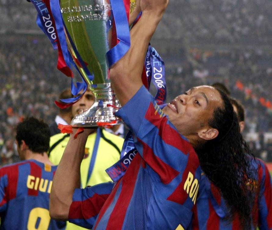 Jedan od najveæih fudbalskih maðionièara ikada se vratio iz penzije da bi još jednom oduševio navijaèe svojim trikovima! (VIDEO)
