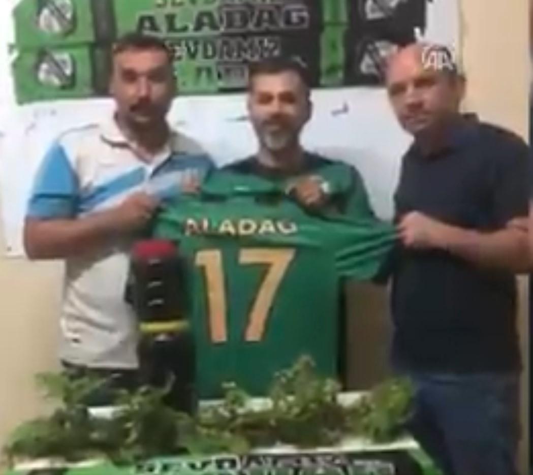 Potpisali fudbalera na godinu dana, a on æe umesto novca dobijati 10 KILOGRAMA PEKMEZA!! (VIDEO)