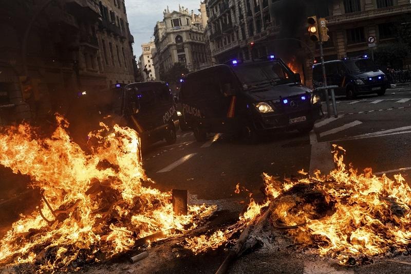Katalonija u plamenu! Španija šalje oklopne jedinice u grad, veliki broj povreðenih! (VIDEO)