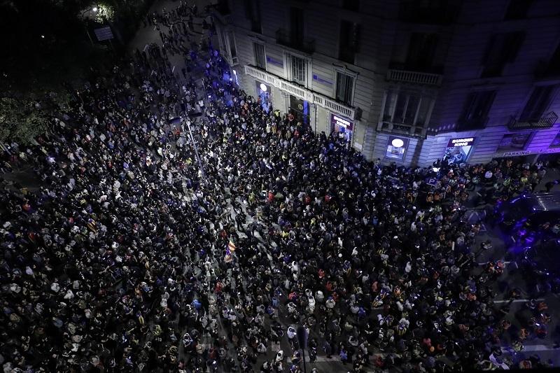Cela Barselona na ulicama, došli pred kordon policije, pa svi seli na pod! Sve opasnije iz minuta u minut! (VIDEO UŽIVO)