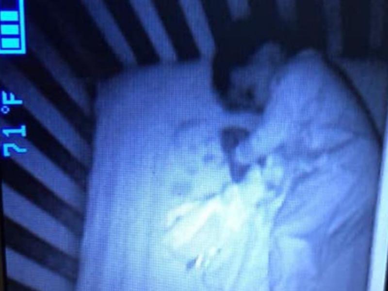 Mislila je da je pored njenog deteta u krevetu duh jedne bebe! Roditelji u strahu doèekali jutro i našli na neverovatan prizor!