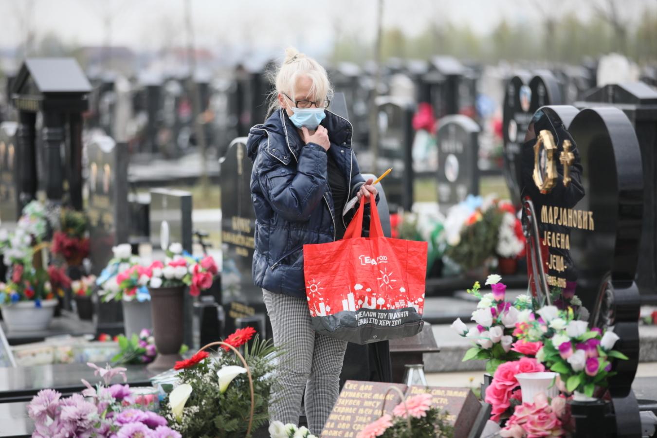 Na grob Jelene Marjanović stigle su dve osobe: Mala Jana je mami ostavila  potresnu poruku (FOTO) - alo.rs